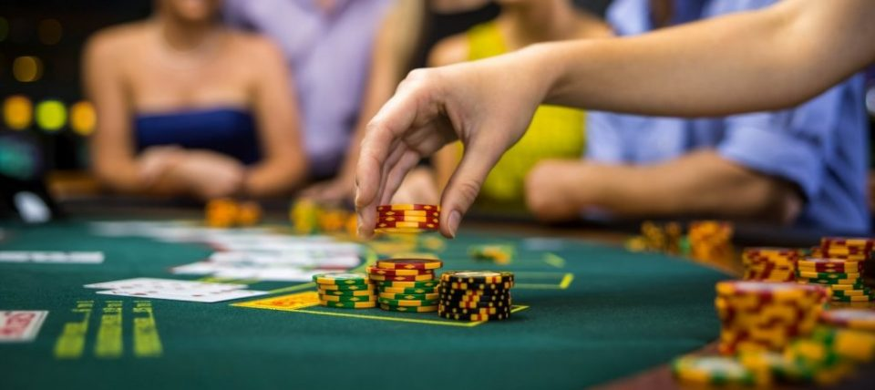Как выигрывают в онлайн покер играть в казино европейскую рулетку