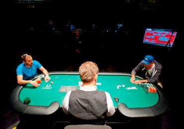 Человек который в казино раздает карты закрываются ли игровые автоматы